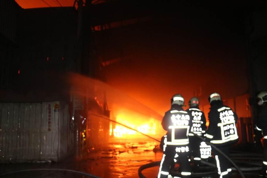 台中市大雅區1家鐵皮工廠3日發生大火,打火兄弟英勇救災。(翻攝照片/張妍溱台中傳真)