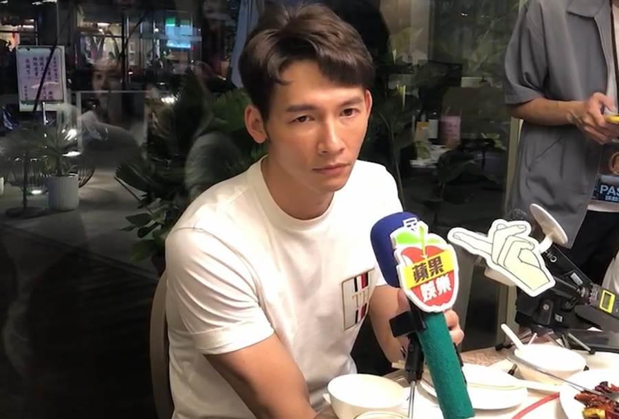 溫昇豪民視金鐘慶功宴受訪時一臉疲憊。(圖/記者林淑娟攝)