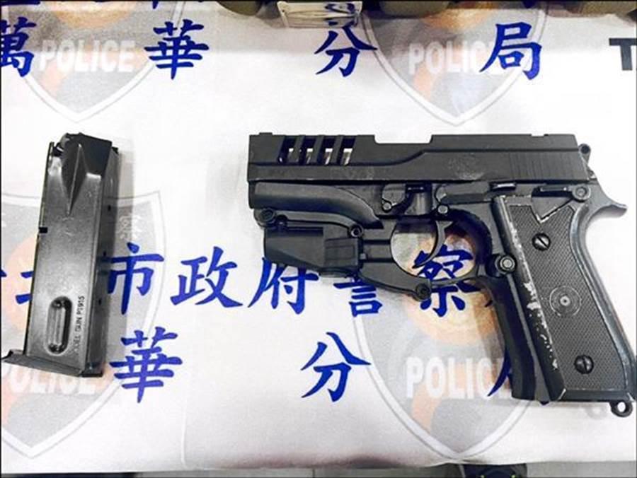 陳男遭警方查獲槍枝及毒品。(陳鴻偉/台北傳真)
