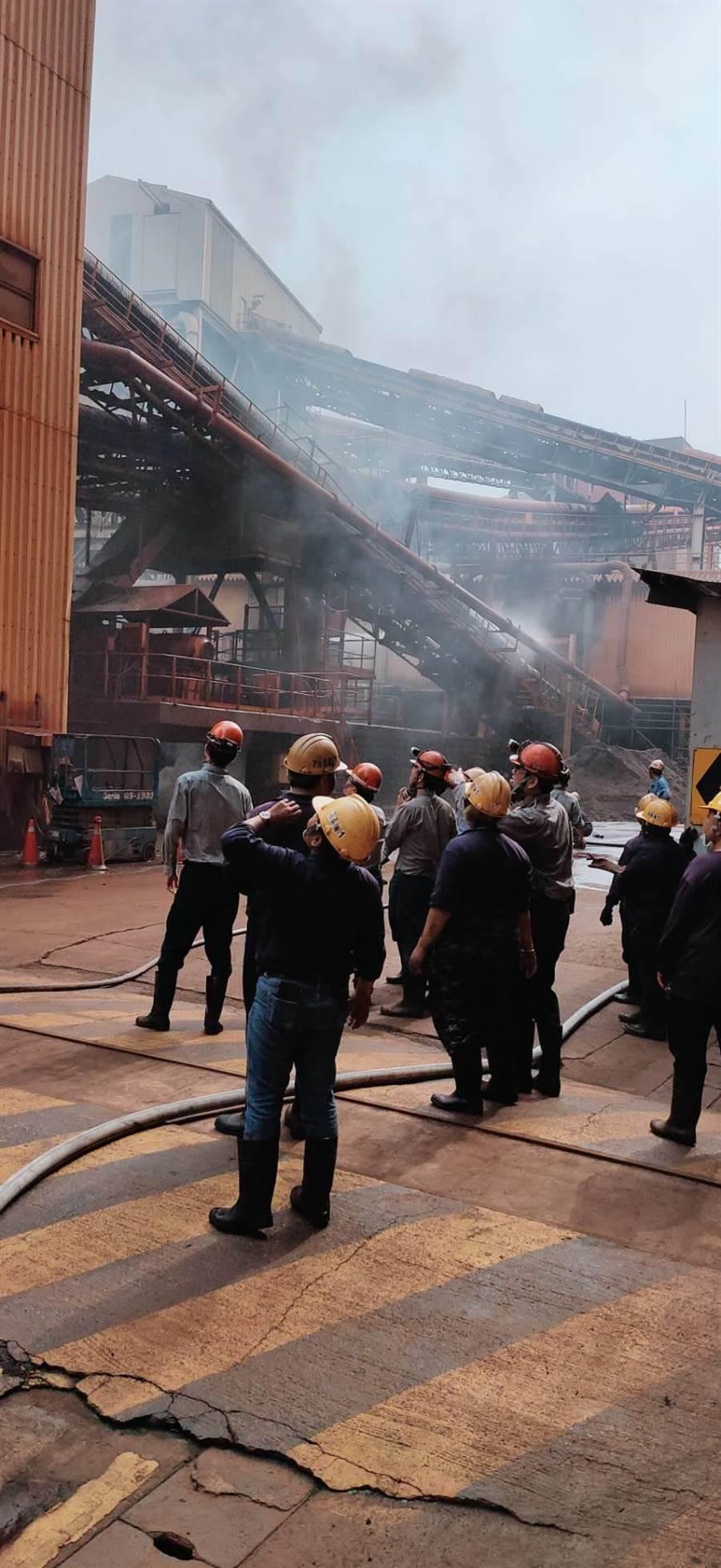 中鋼廠區今日輸送帶不明原因自燃,所幸生產未受影響。(里長洪富賢提供/柯宗緯高雄傳真)