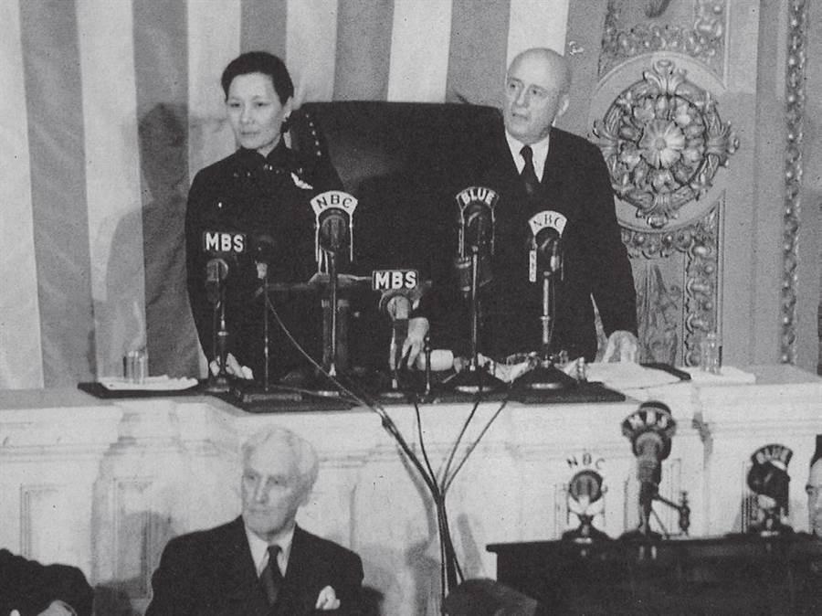 一九四三年二月十八日,蔣夫人向美國眾議院發表演說。圖為眾院議長山姆‧雷朋向眾議員介紹蔣夫人。(時報出版提供)