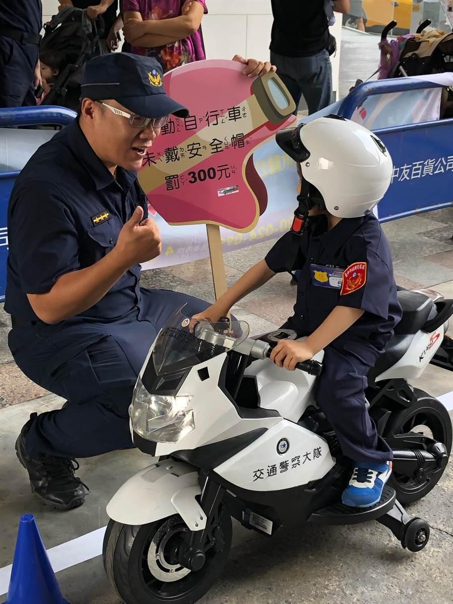 小小警察騎上小警車,貼心提醒叔叔阿姨,10月交通新制上路,勿違規遭罰。(台中市警二分局提供/張妍溱台中傳真)