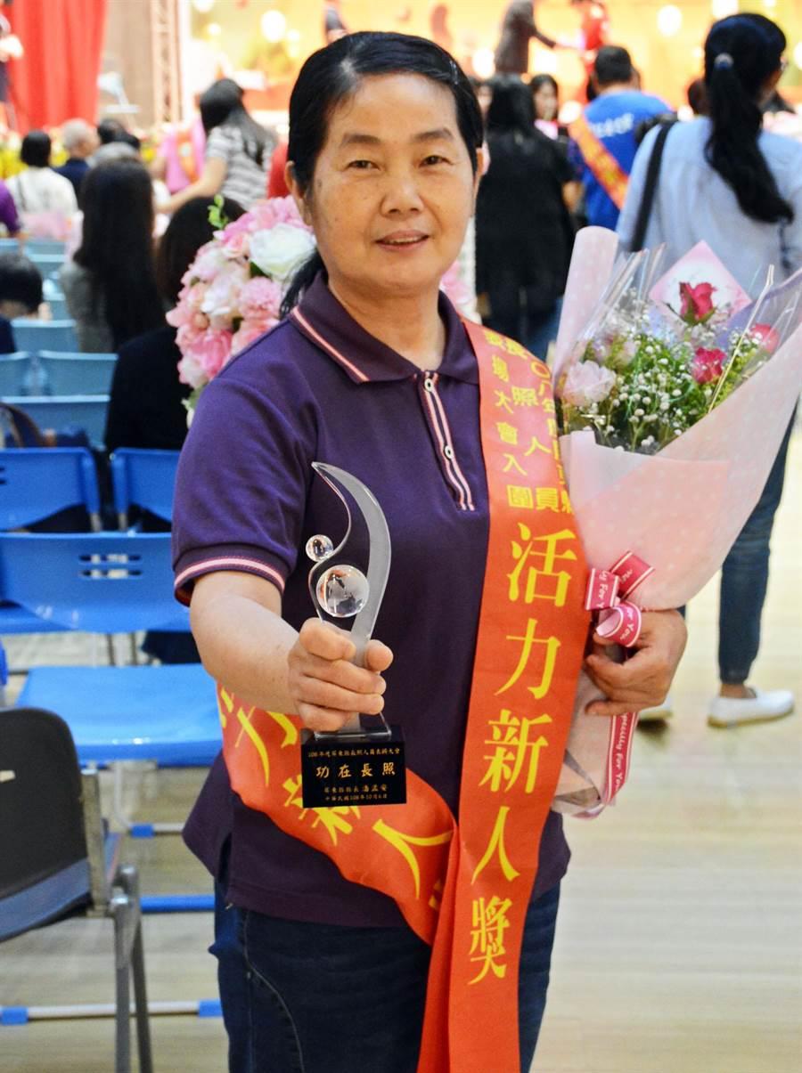 55歲何美珠以熱忱投入長照工作,也為她贏得一座「新人獎」。(林和生攝)