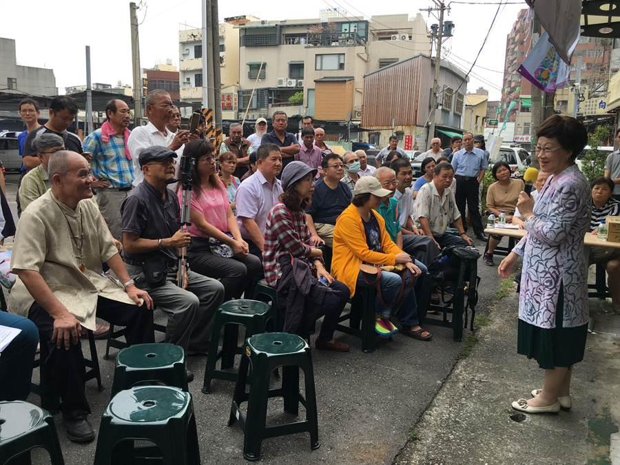前副總統呂秀蓮(右)向民眾宣揚「中立和平」的主張,拚參選連署。(廖素慧攝)
