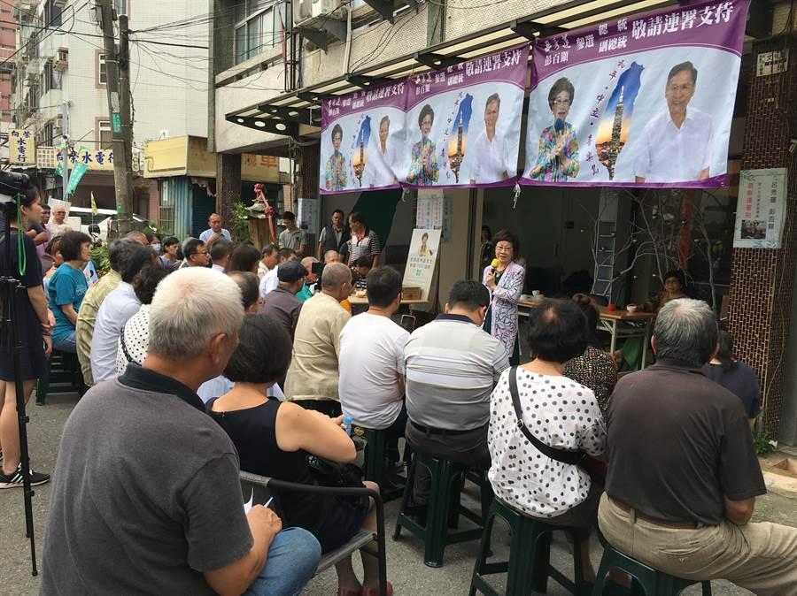 前副總統呂秀蓮到嘉義市向民眾說明參選連署。(廖素慧攝)