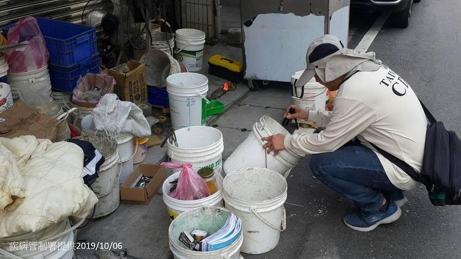防疫人員在樹林本土登革熱個案居住地周邊查核孳生源。(疾管署提供/陳志祥傳真)