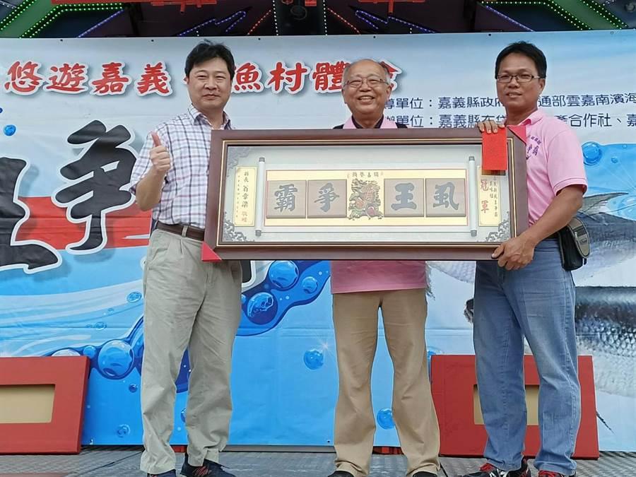 退休教師陳水謙(中)奪下「虱王」獎。(張毓翎攝)