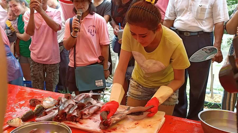 在快刀手表演賽中,由越南新住民阮玉欣,以9秒取魚肚的驚人成績奪冠。(張毓翎攝)