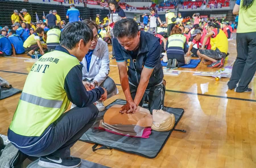 新竹縣消防局動員全縣救護教官及志工,把1千多位民眾分成76組訓練學習CPR。(羅浚濱攝)