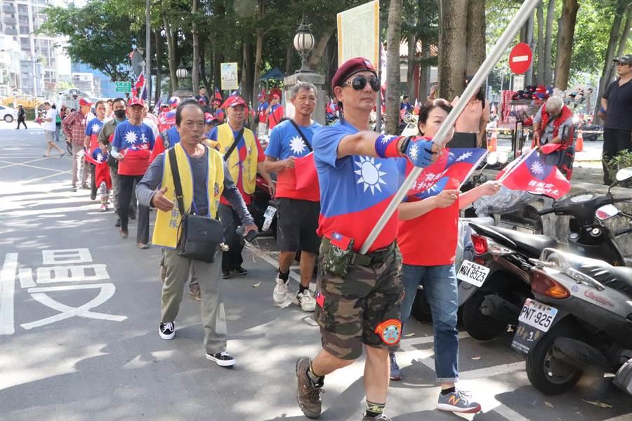 韓國瑜支持者搖旗吶喊。(吳亮賢攝)