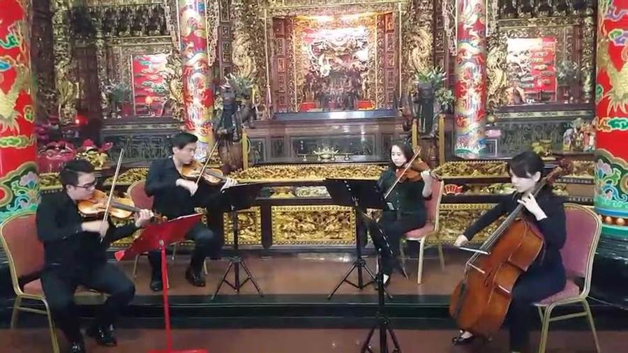 葉哲睿博士(左)率領樂團到阿里山受鎮宮演奏弦樂四重奏。(阿里山賓館提供/廖素慧嘉義傳真)