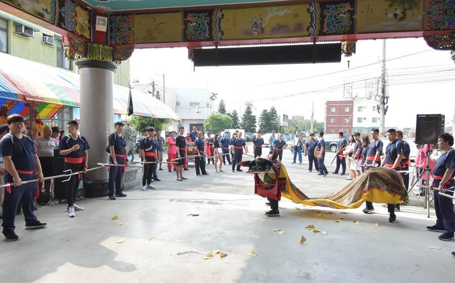 同安寮十二庄請媽祖傳統藝陣復興,安村的菜園角武夜館金獅陣,已有百年,演出威猛、與眾不同的開口獅。(吳敏菁攝)