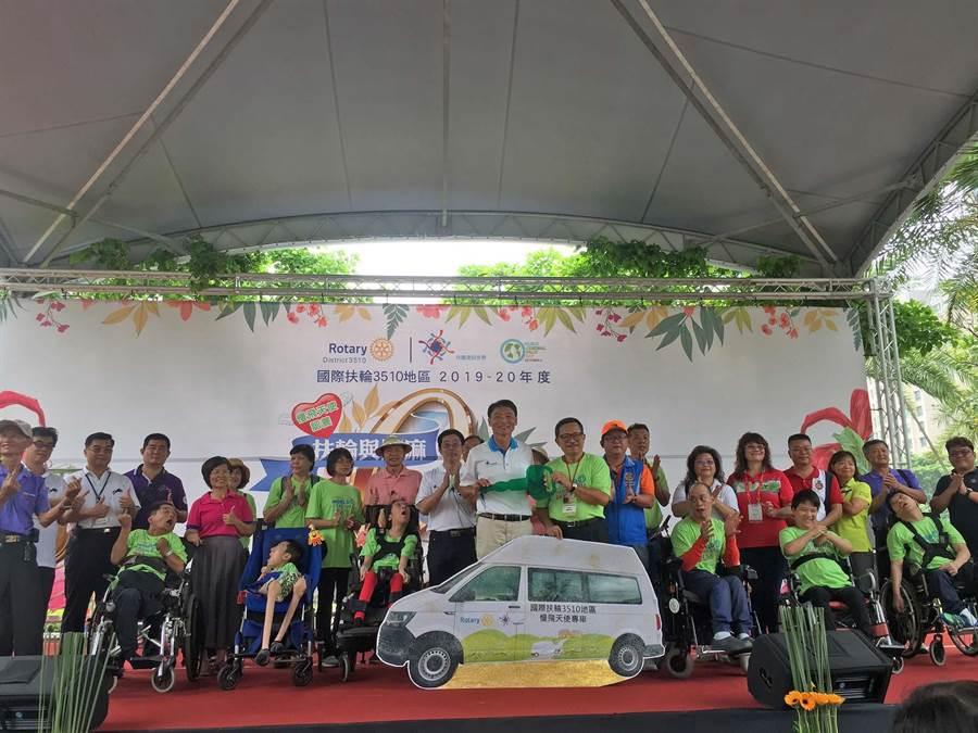 國際扶輪3510地區6日在公益園遊會上,捐贈高市腦性麻痺協會飛天使復健專車1台。(高市腦性麻痺協會提供/柯宗緯高雄傳真)