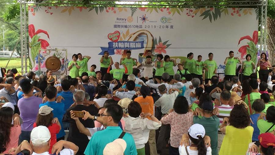 高市腦性麻痺協會6日舉辦公益園遊會,腦麻兒帶領全體民眾體適能運動。(高市腦性麻痺協會提供/柯宗緯高雄傳真)
