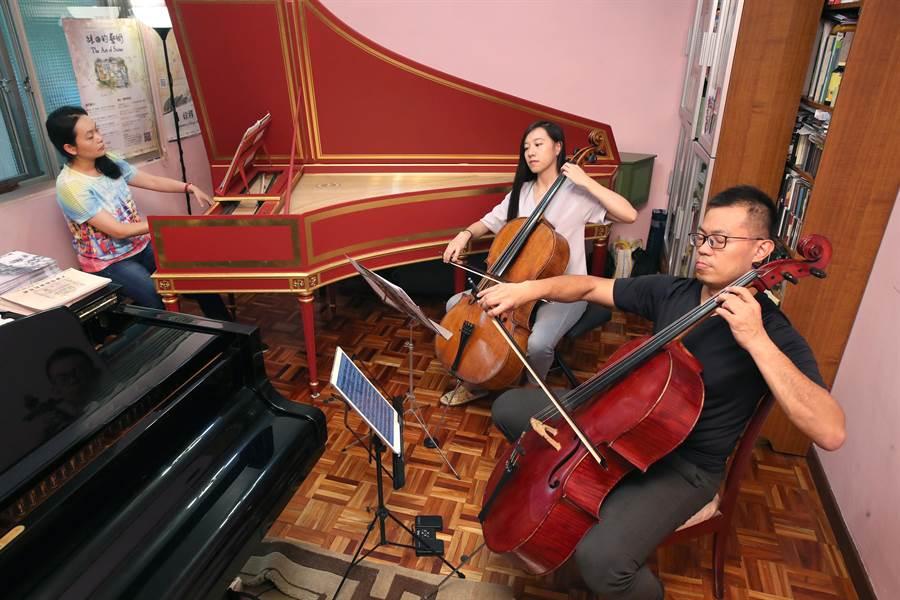 大鍵琴演奏家蔡佳璇(左起)、大提琴家廖璽喬和大提琴家陳世霖,期望把甜點和音樂結合,帶給聽眾一場獨一無二的甜點音樂會。(鄭任南攝)