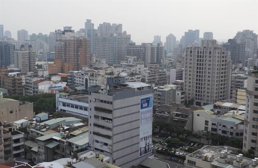 台灣西半部受境內汙染擴散不佳等影響,7日起連續3天空品不良;環報局提醒市民出外配戴口罩,做好防護措施。(陳世宗攝)