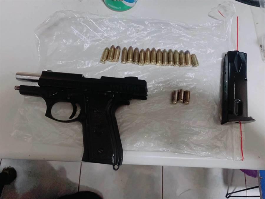 台中警方掃黑,查獲4把改造手槍、19發子彈,海洛因、安非他命等毒品。(台中市警局提供/張妍溱台中傳真)