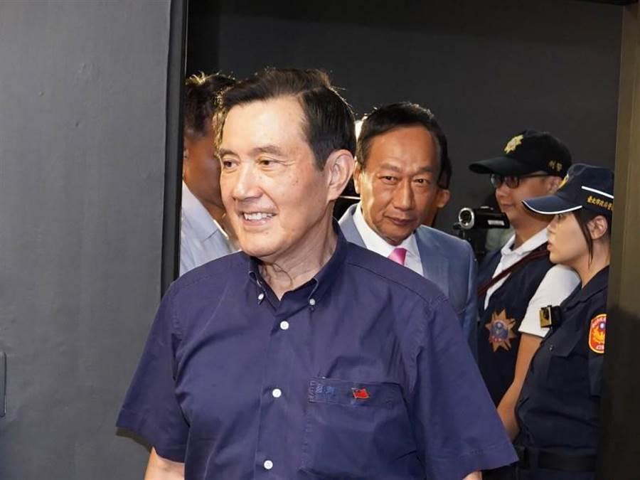 前總統馬英九(前)6日下午與鴻海創辦人郭台銘(後中)在台北出席長風基金會主辦的前台東縣長黃健庭專題演講,兩人先後步入會場。(中央社)