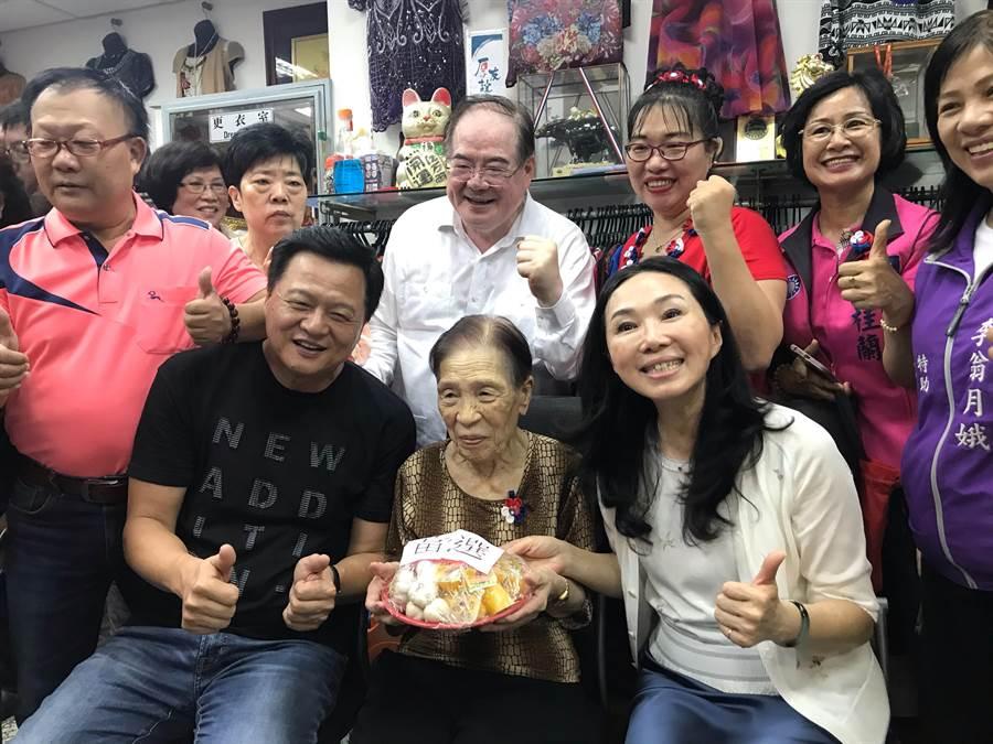 百歲奶奶在家人的攙扶下贈送李佳芬一盆的「果凍」、「蒜頭」;百歲奶奶表示,這有象徵「凍蒜」涵義(戴上容攝)
