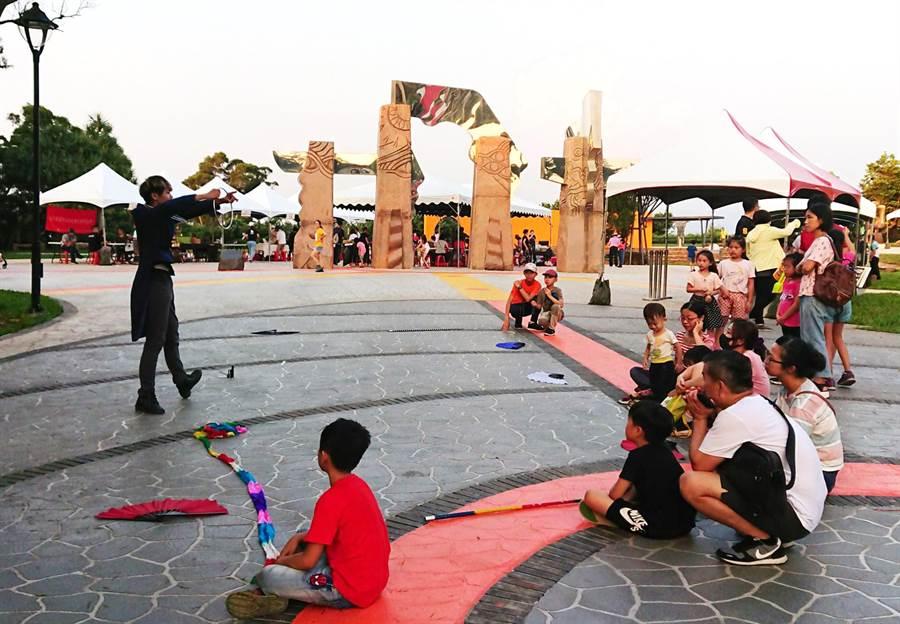 太場之門廣場,地面上彩繪了巨型太陽圖案,讓人一進公園就驚豔,整體環境也更舒適怡人。(台中市政府觀旅局提供/陳世宗台中傳真)