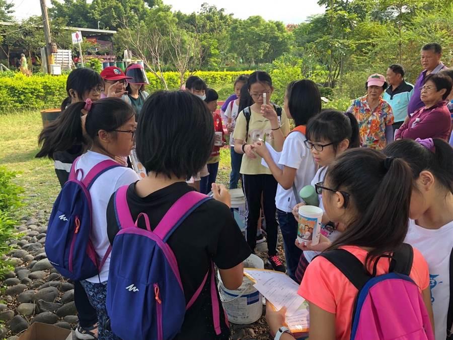 許多小朋友頭一次檢測水質,直呼新鮮有趣。(台中市政府提供/陳世宗台中傳真).