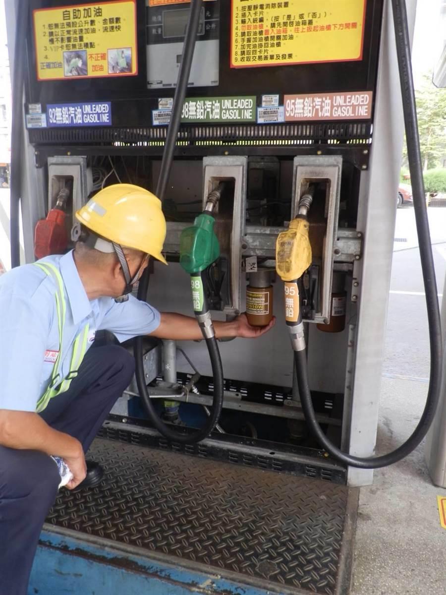 加油機面板進行內部管線、機件檢查(中油提供)