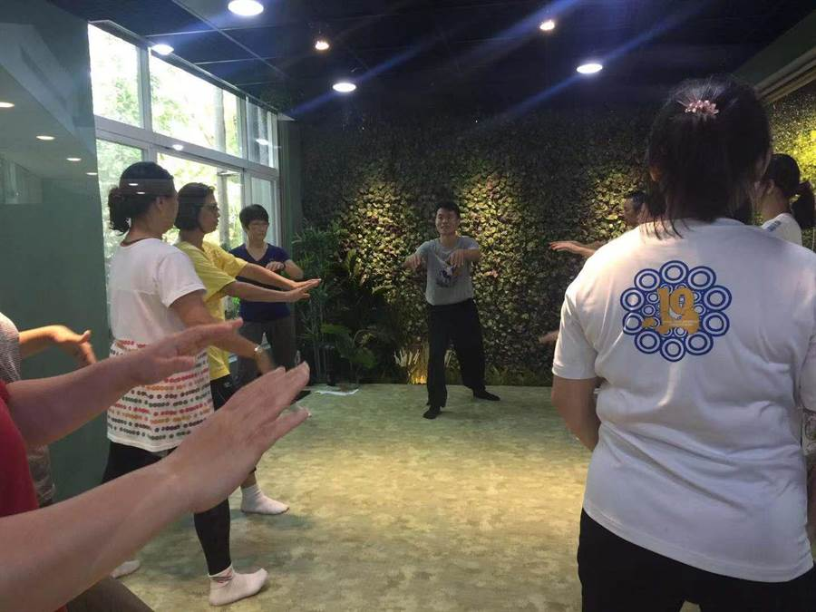 古亭國中校長林泰安親自教授太極拳,希望讓老師們能改變生活節奏。(游念育攝ㄢ