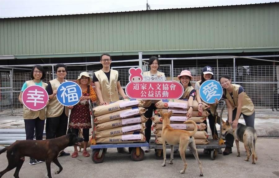 義工送糧食讓狗狗們能夠吃得營養又飽足。(道家人文協會提供)