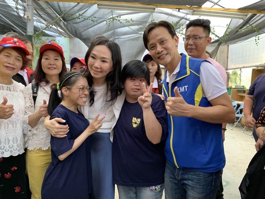 韓國瑜妻李佳芬6日到樹林大安庇護工場合影。(葉德正攝)