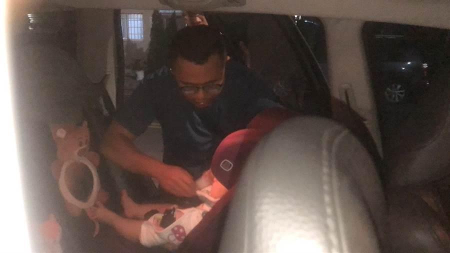 今日下午6點左右驚傳1名2歲半幼童及1名5個月嬰兒受困於車內。(民眾提供/張毓翎嘉義傳真)