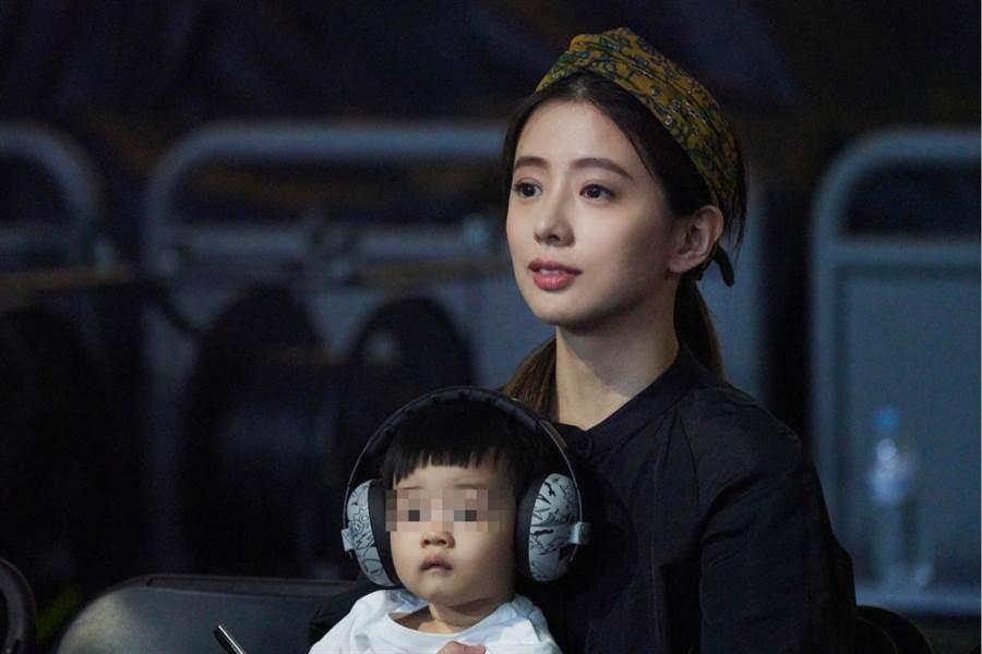 林宥嘉的老婆丁文琪(Kiki)目前懷著第二胎,帶著兒子到場力挺。(華研國際提供)