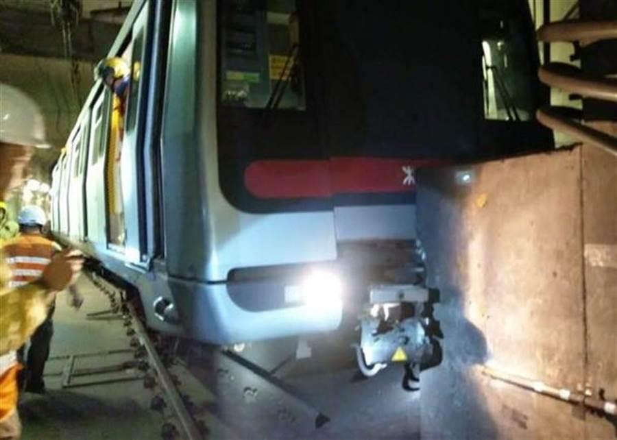 出事的列車撞向牆壁。(圖/東網)