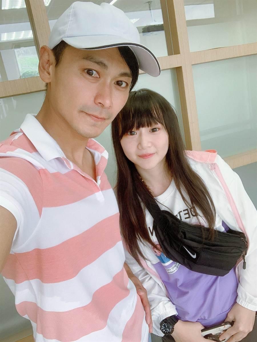 粉絲王茹瑄(右)太喜歡男星陳彥廷(左),為了追星追到去就讀陳彥廷任教的崇右影藝科技大學影視傳播系。(崇右影藝科技大學提供)