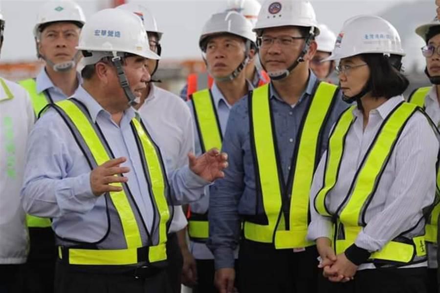 蔡英文總統前往南方澳關切斷橋重建進度。(取自蔡總統臉書)