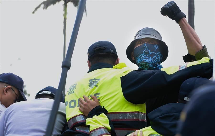 網友發問,在台灣集會遊行到底可否蒙面?圖為2018年4月25日反年改遊行中有人蒙面,被當時行政院發言人徐國勇指違法。(圖/資料照片)