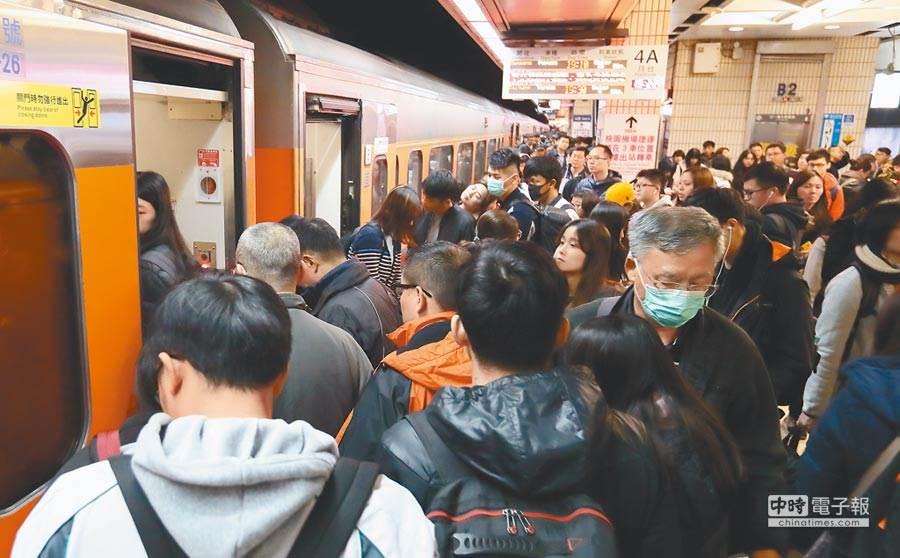 示意圖,連假時期,民眾在台北火車站排隊準備搭乘火車返鄉或出遊,希望能早點抵達目的地。(資料照 鄭任南攝)