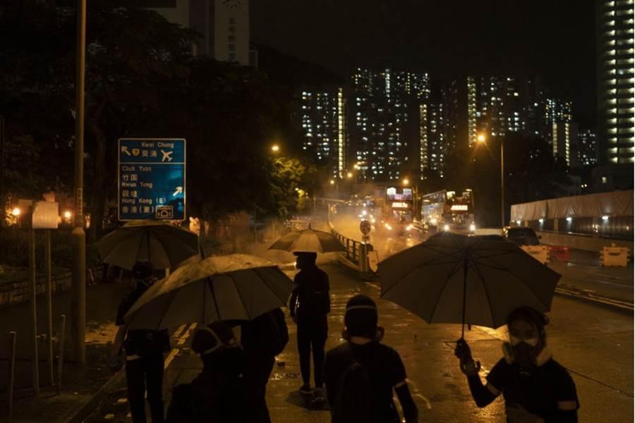 香港6日持續示威抗議,港鐵暫停部分路線服務。(圖/美聯社)