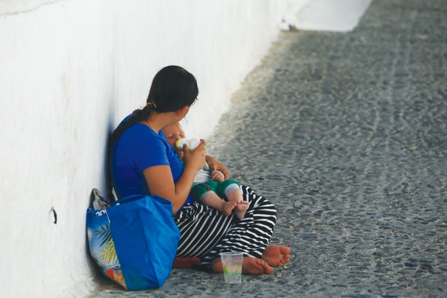 在愛琴海的觀光島嶼,地上坐的也是失業的母親,她一邊在路上行乞,一邊替自己襁褓中的孩子餵奶。圖/林志昊