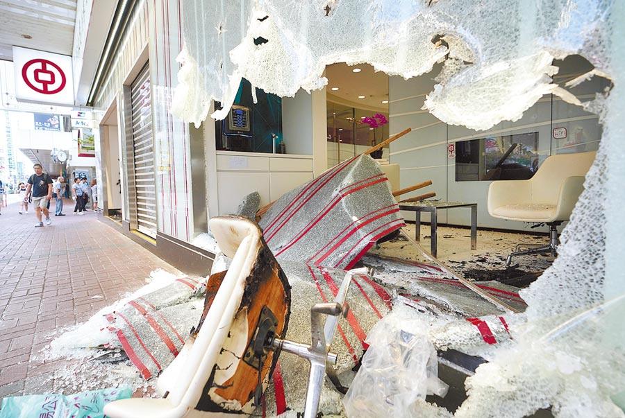 不滿《禁蒙面法》上路,香港連日發生嚴重暴力事件,旺角一家銀行被砸店。(中新社)