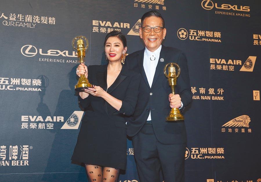 第54屆金鐘獎頒獎典禮昨登場,龍劭華(右)以《菜頭梗的滋味》拿下戲劇節目男主角獎,賈靜雯(左)以《我們與惡的距離》勇奪戲劇節目女主角獎。(影視攝影組攝)