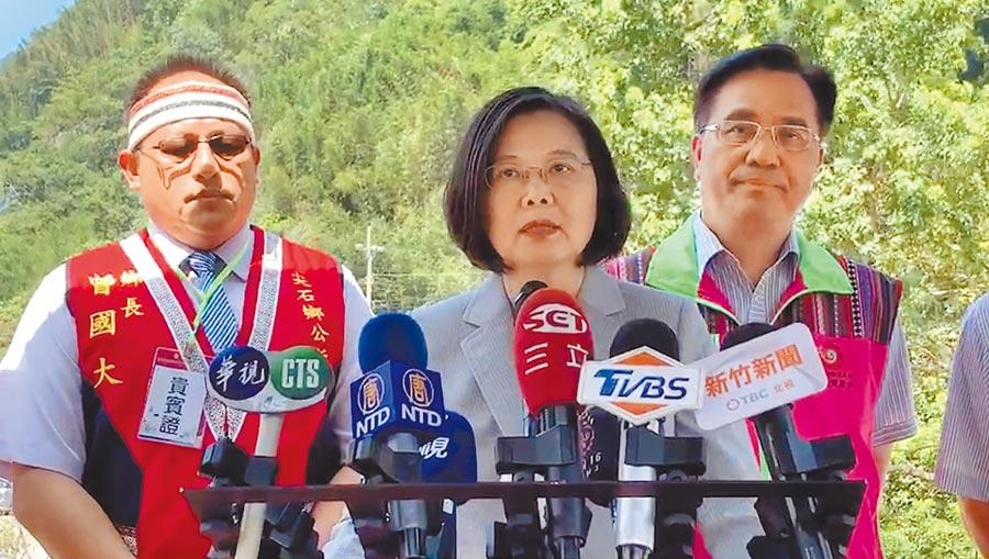 總統蔡英文(中)5日表示,馬英九對時空環境轉換,可能還停留在很久前。如果有亡國感,「相信當初種芒果的很可能就是他」。(讀者提供/中央社)