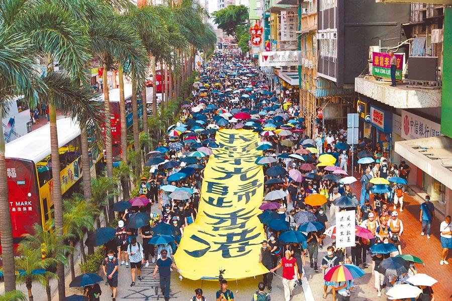 雖然《禁蒙面法》於5日0時生效,但香港銅鑼灣和尖沙嘴等地,5日白天仍有大批示威群眾戴口罩上街遊行。(美聯社)