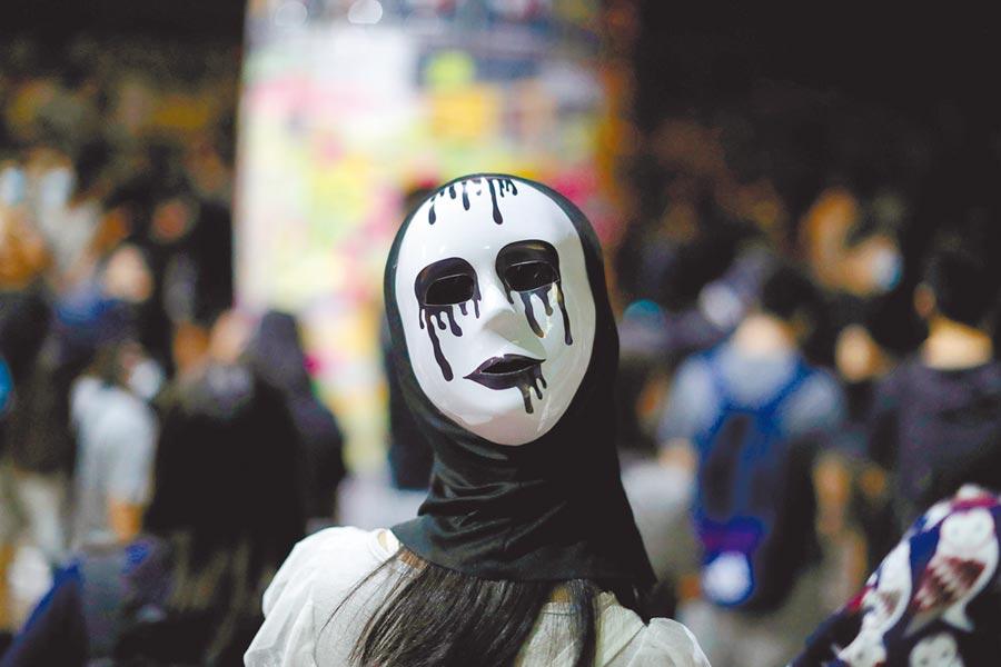 為方便警方事後追緝犯罪的示威抗議者,全球20餘國訂有蒙面禁令。圖為香港示威者。(路透)