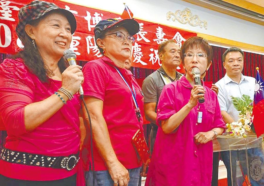 國民黨前主席洪秀柱(右二)昨參加台南東區敬老餐會,人氣「爆棚」。(程炳璋攝)