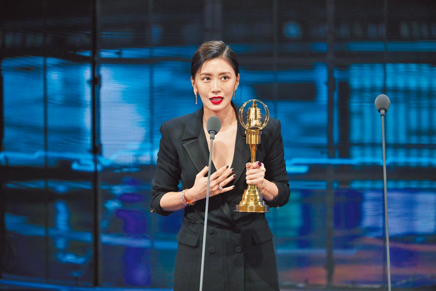 賈靜雯昨以《我們與惡的距離》勇奪女主角,心情激動。(影視攝影組攝)