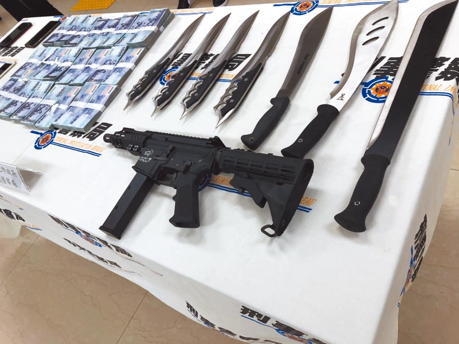 警方執行今年第3波全國大掃黑,共檢肅47名治平目標到案,查扣到槍械等大批贓證物。(林郁平攝)