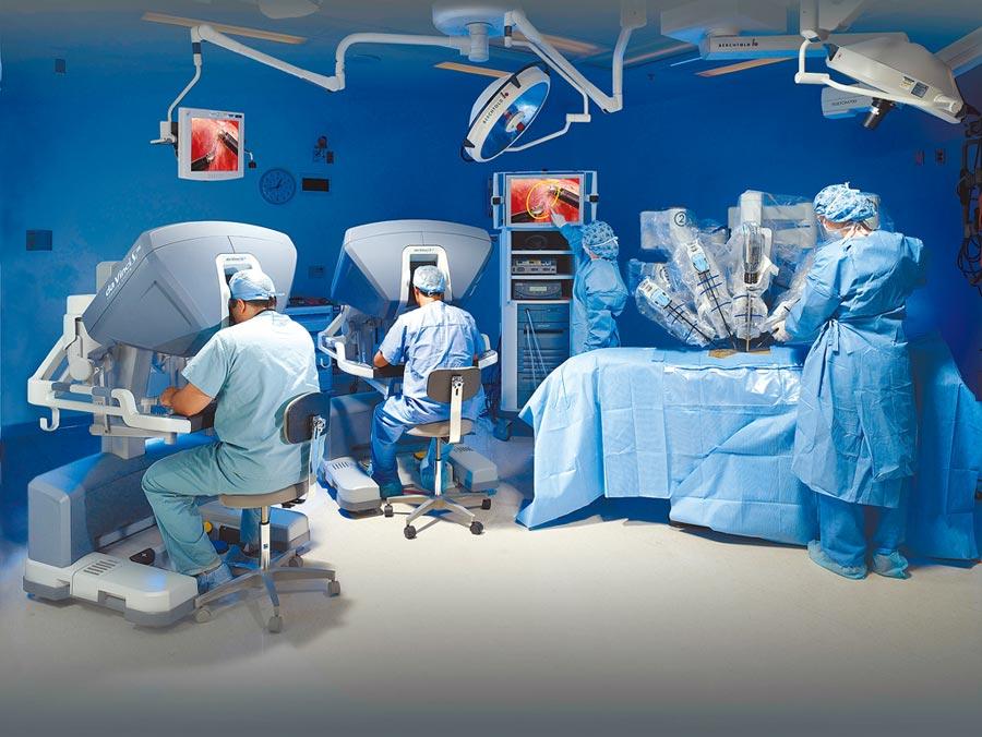 北醫發生婦產科醫師誤將女病患胰臟當作惡性腫瘤切除一半的烏龍,執刀醫師已遭停權。圖為醫師操作達文西機械手臂,與本案無關。(北醫提供)