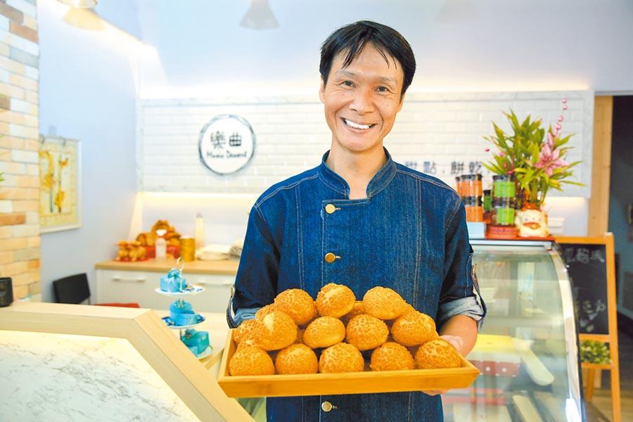 「樂曲手作甜點」老闆蔡宗富以聽音樂的心情製作甜點,歡迎大家用心賞味。(黃國峰攝)