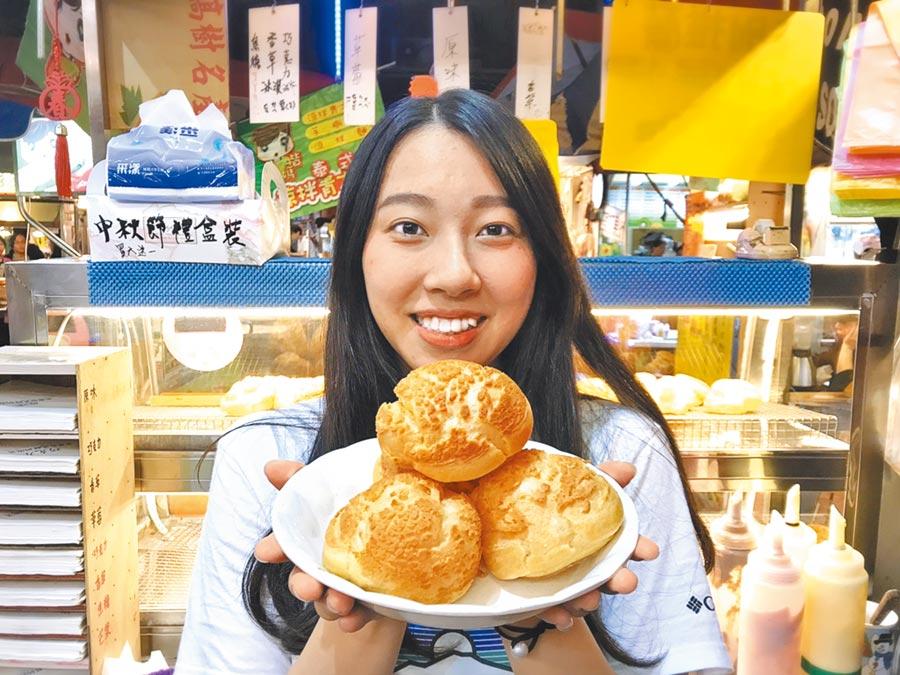 湳雅夜市的「老唐台式鮮奶泡芙」開業2年,以獨特酥皮和多樣化口味的當天現做泡芙,迅速累積人氣,外型清秀、個性陽光的副店長唐家玲更是攤位另類「嬌」點。(譚宇哲攝)