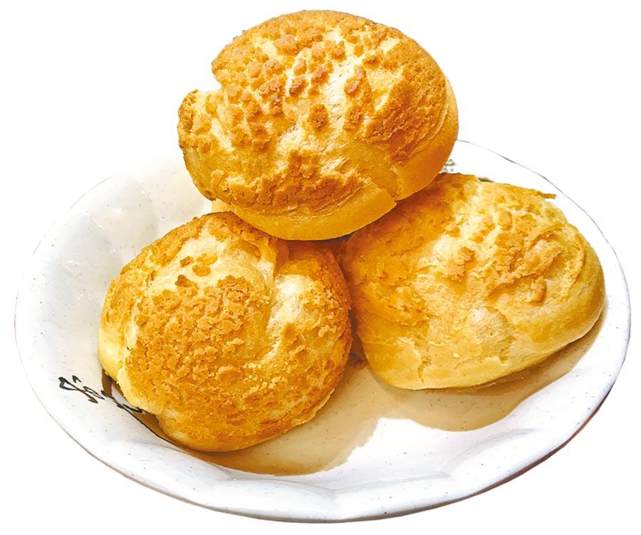 湳雅夜市的「老唐台式鮮奶泡芙」開業2年,以獨特酥皮和多樣化口味的當天現做泡芙,迅速累積人氣。(譚宇哲攝)